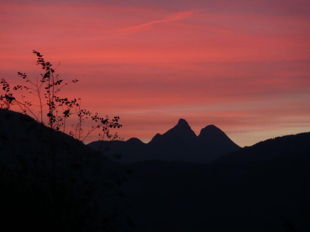 Bei Sonnenaufgang auf dem Weg zur Stamser Alm.