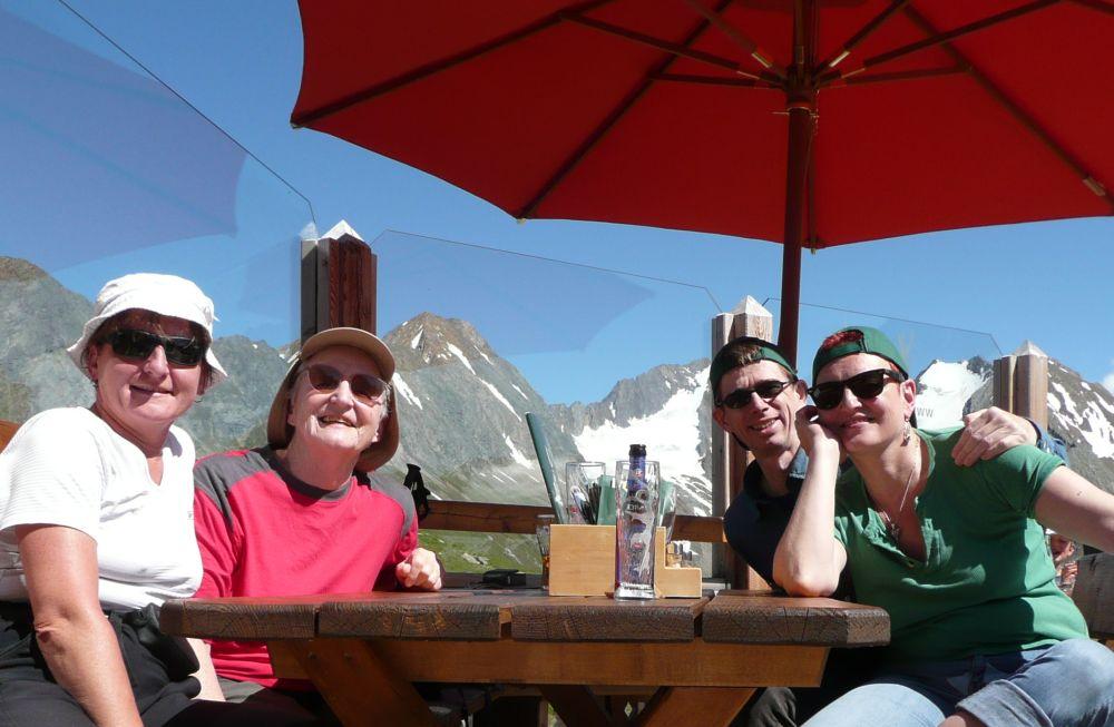 Glückliche Gesichter auf der Alm: Andrea, Ellinor, Stephan und Dani.